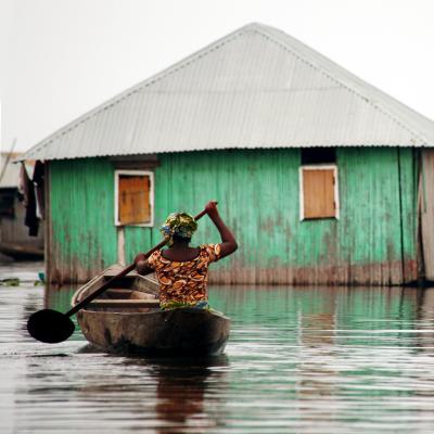 Una mozambiqueña remando en tras el paso del ciclón Idai.